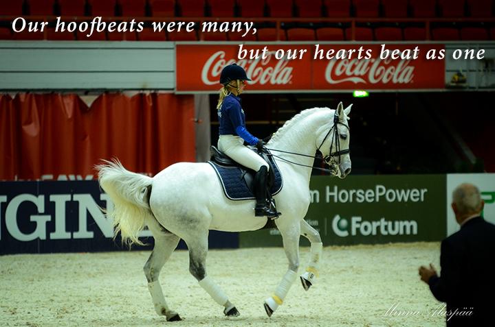 Tutkimusten mukaan ratsastajan ja hevosen sydämen syke on usein samassa tahdissa eli synkroninen. Kuvassa 4YourHorse / McLeanin demossa Anna Kärkkäinen ja FWB Elves Angel. Kuva Minna Alaspää