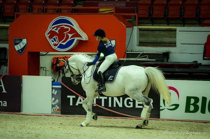 Hevosen kiittäminen, kehuminen ja kannustaminen on tärkeää myös pidemmälle koulutetun hevosen kanssa. Kuvassa Anna Kärkkäinen - FWB Elves Angel. Kuva Minna Alaspää.